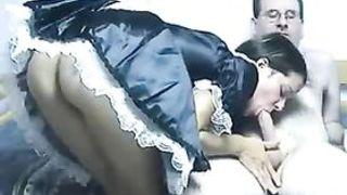 Худая телка взяла за щеку перед камерой